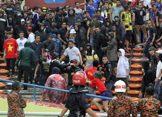 Tứ giận vì đội nhà thua trận, CĐV Malaysia đã làm loạn và đánh CĐV Việt Nam