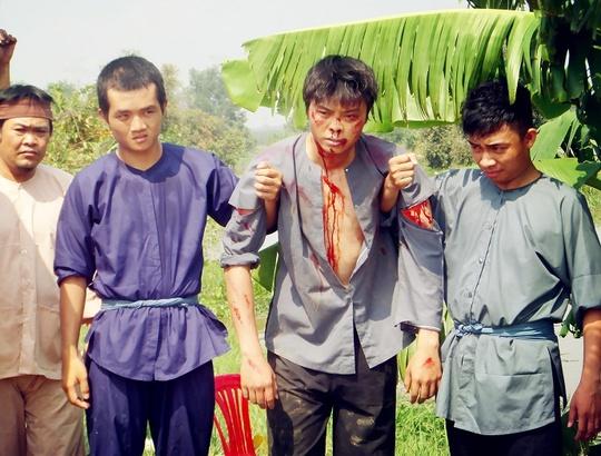 Võ Minh Lâm trong một cảnh diễn bị đánh đập