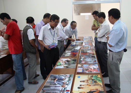 Ban giám khảo đang chấm ảnh dự thi