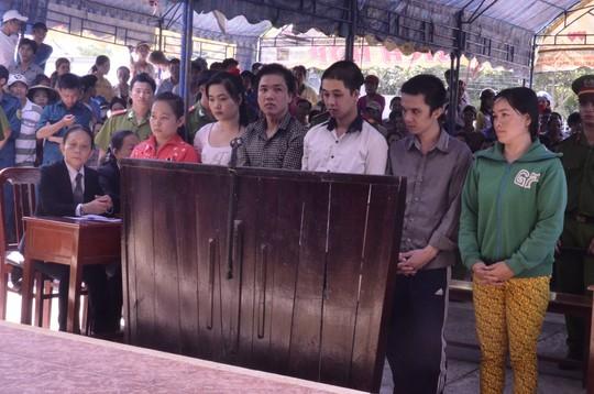 Hai bị cáo Trần Ngọc Nguyên (thứ ba từ trái) và Huỳnh Thị Chi (thứ hai từ trái) tại phiên toà sáng nay