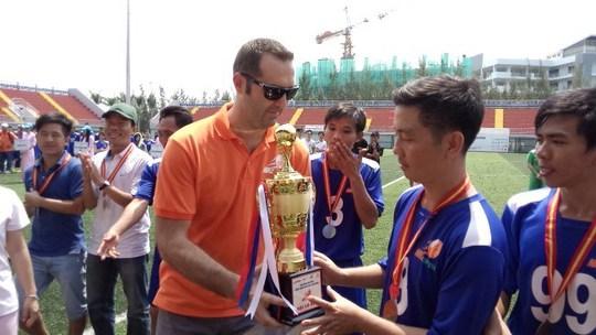 Ông Noel Kinder - Tổng Giám đốc Cty Nike Việt Nam - trao cúp vô địch cho đội Cty Ching Luh