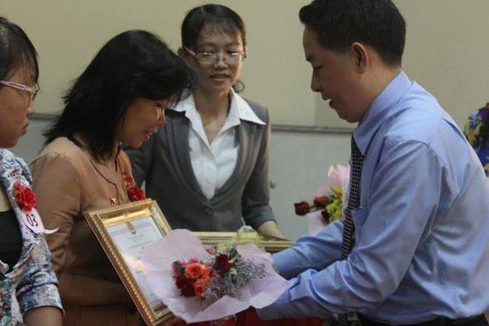Ông Kiều Ngọc Vũ, Phó chủ tịch LĐLĐ TP HCM, tặng kỷ niệm chương cho cán bộ Công đoàn tiêu biểu tại quận 8, TP HCM ảnh: LÊ THÚY