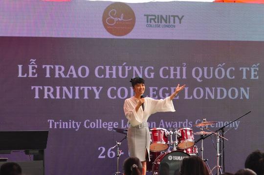 Thanh Bùi trao chứng chỉ âm nhạc cho học viên