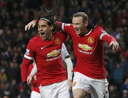 Đôi tiền đạo Falcao - Rooney chơi rất ăn ý trong trận đấu với Newcastle