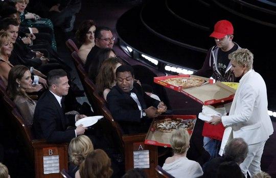 Ellen DeGeneres phát pizza cho mọi người