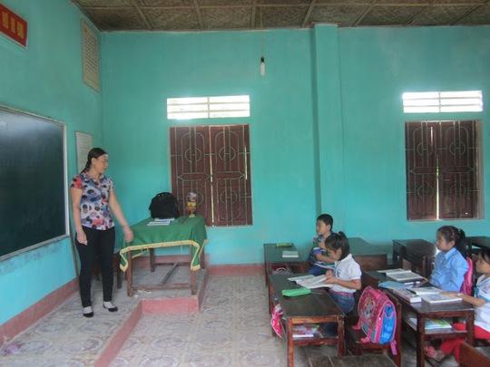 Một lớp học ở trường Tiểu học Hương Bình mới chỉ có vài em tới học sau gần 2 tháng khai giảng.
