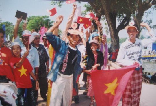 Bà con người Chăm diễu hành quanh Búng Bình Thiên để chào mừng lễ hội văn hoácủa dân tộc mình