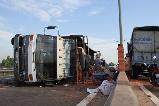 Hiện trường vụ tai nạn xe tải chở gạch bị lật trên đường cao tốc.