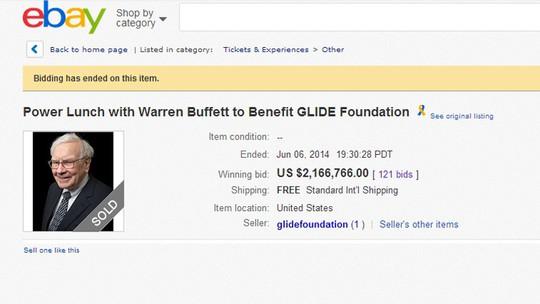 Vé ăn trưa với tỷ phú Warren Buffett đã được bán. Ảnh: CNA