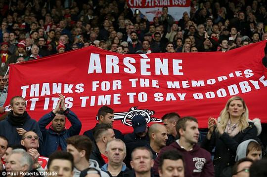 Băng rôn của các CĐV Arsenal đòi HLV Wenger từ chức