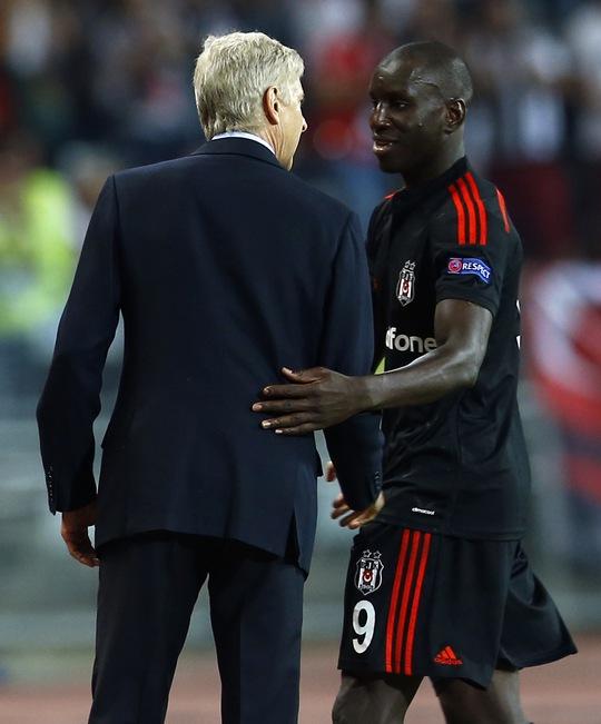 HLV Wenger và Demba Ba, cựu cầu thủ Chelsea vừa chuyển sang Besiktas mùa này