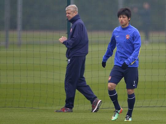 Ông Wenger và cầu thủ người Nhật Rio Mayaichi