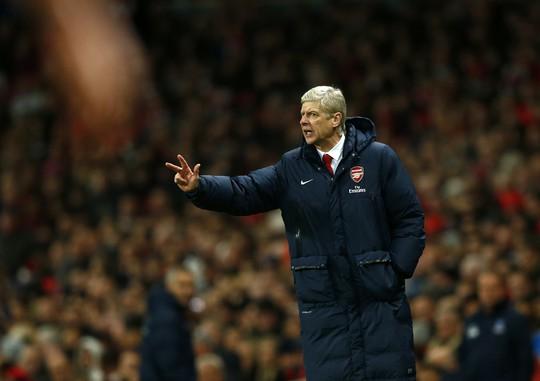 Ông Wenger chỉ đạo trận đấu