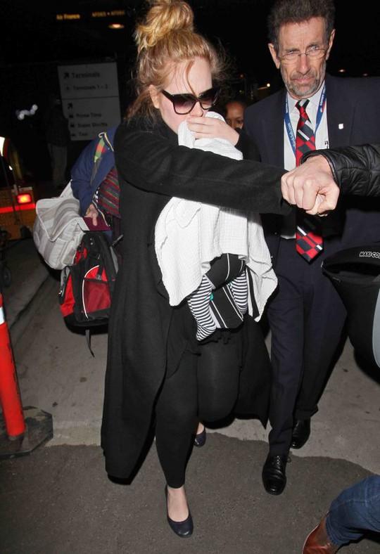 Adele xuất hiện cùng con trai lần đầu tại lễ trao giải Oscar 2013. Nguồn: MTV