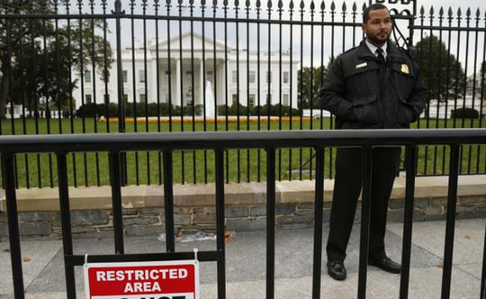 April Lenhart bị bắt giữ ở hàng rào phía Bắc Nhà Trắng. Ảnh: Reuters