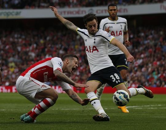 Wilshere (trái) và Ramsey (ảnh dưới) là 2 trong 3 trường hợp chấn thương mới nhất của Arsenal.
