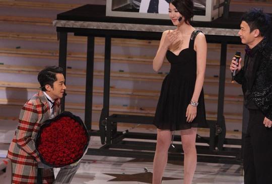 Anh mang bó hoa to