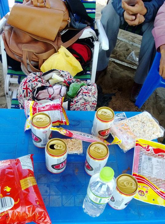 Đồ ăn, nước uống mà nhóm học sinh mang theo