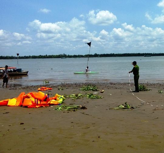 Công an khám nghiệm hiện trường vụ đuối nước tại bãi bồi cồn Cái Khế vào ngày 31-3