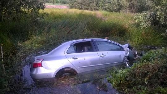 Chiếc xe mất lái lao xuống kênh, tài xế và 3 người trong xe tử nạn