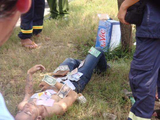 Thi thể đối tượng cướp bị chết đuối sau khi nhảy xuống kênh Tàu Hũ vào sáng 30-9, có một số tờ tiền nước ngoài, thẻ ATM...