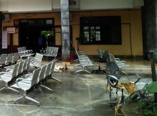 Các đồ đạc của phòng vé được sơ tán ra ngoài