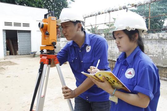 Sinh viên Khoa Xây dựng trường Trung cấp Xây dựng TP HCM trong giờ thực hành ảnh: AN KHÁNH