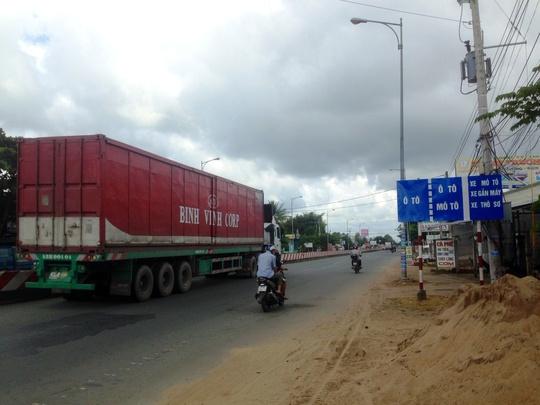 Xe container chạy rất chậm cũng được chạy vào làn đường dành cho xe con và xe dưới 30 chỗ ngồi