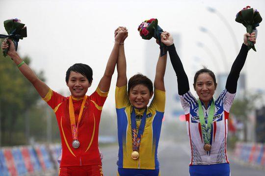 Nguyễn Thị Thật cùng cua-rơ đọat HCV người Thái Lan Jutatip Maneephan (giữa) và HCĐ người Đài Loan Hsiao Mei Yu