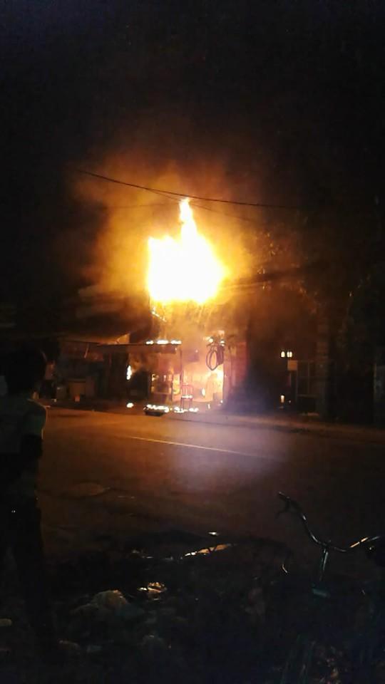 Sau khi có nổ lớn, lửa bao trùm tiệm buôn bán xe đạp