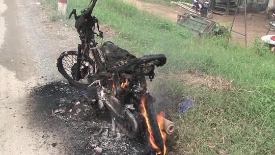 Chiếc xe máy cháy rụi bên đường