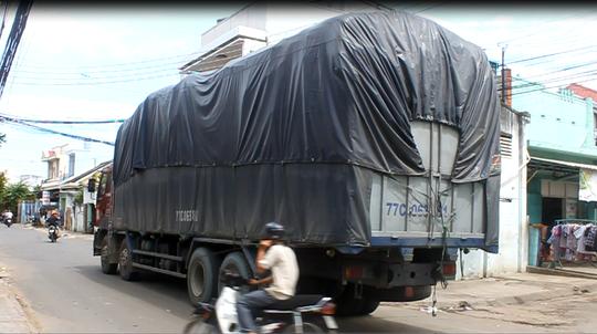 Chiếc xe tải BKS: 77C -063.81 vi phạm dừng ở lề đường