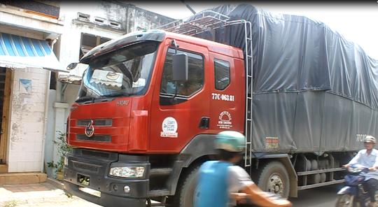 Xe tải BKS: 77C -063.81 đậu choán hết lề đường