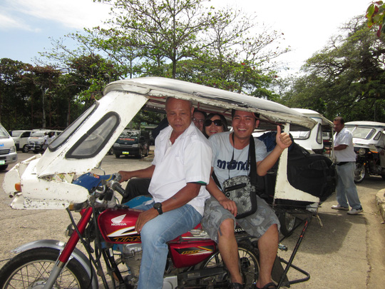 Du khách thích thú với xe ba bánh ở Manila