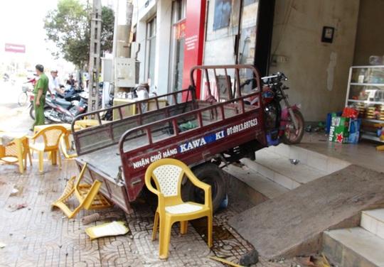 Hiện trường vụ ba gác leo nhà, 2 người trọng thương vào sáng 3-3, trên đường Phú Riềng Đỏ, thị xã Đồng Xoài, tỉnh Bình Phước.