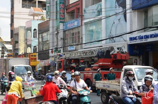 Xe thang của Phòng Cảnh sát PCCC quận 1 - TP HCM, được điều đến để đưa nạn nhân xuống đất chở đi cấp cứu, nhưng nạn nhân đã tử vong.