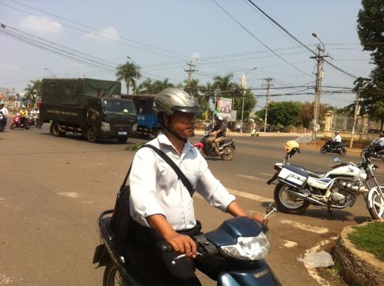 Xe CSGT Công an thị xã Đồng Xoài đến hiện trường lập biên bản xử lý vụ tai nạn.