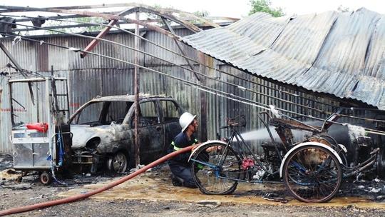 Khi lực lượng chữa cháy chuyên nghiệp, phẩn lớn bãi xe đã cháy ra tro