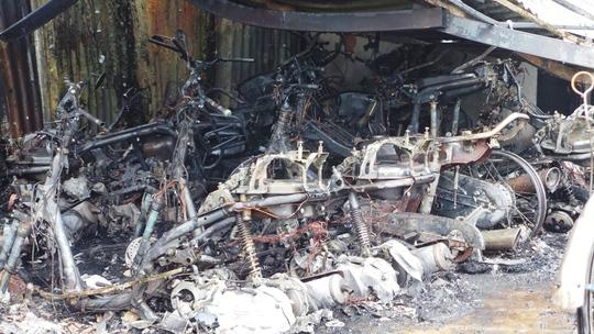 Rất nhiều xe máy cháy trơ khung