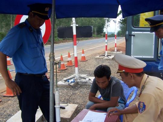Tài xế Tuấn (áo xám) cố tình cho xe vượt trạm còn tông vào xe CSGT