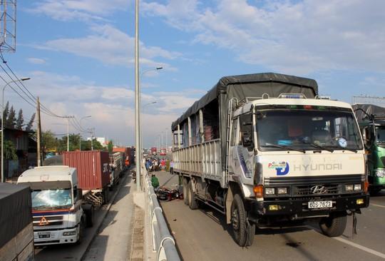 Xe tải cán chết người trên cầu vượt Tân Vạn (Đồng Nai) chiều 10-10