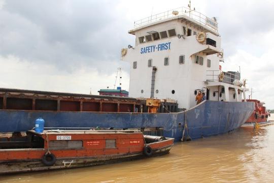 Chiếc tàu hàng được lai dắt vào bờ để sửa chữa