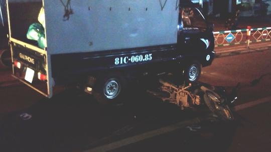 Thoát chết may mắn trước đầu xe tải