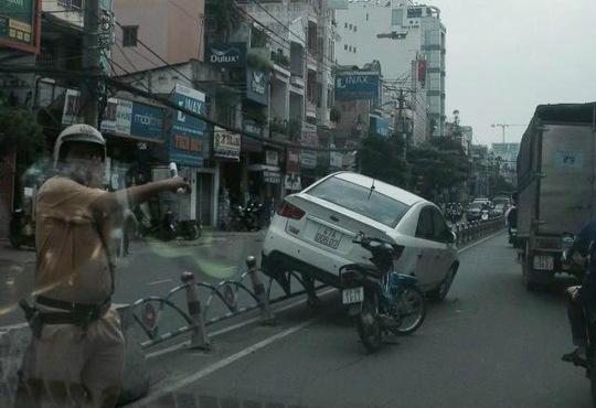 Ô tô mất lái, leo lên dải phân cách