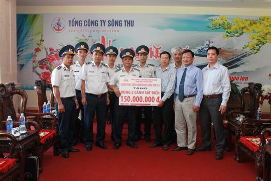 Đại diện tổng công ty tặng quà Cảnh sát biển vùng 2