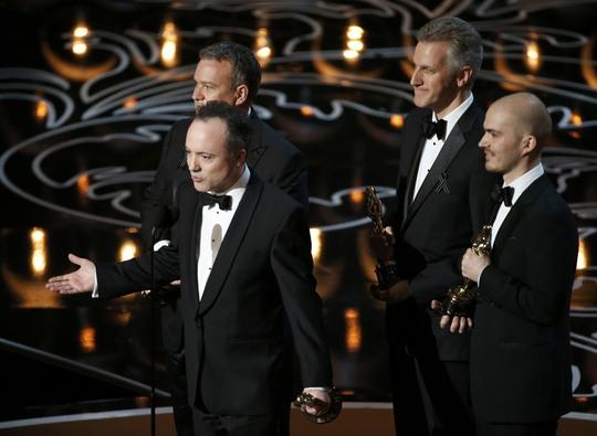 Tim Webber (người đang nói), Chris Lawrence, Dave Shirk (bên phải) và Neil Corbould (bên trái) nhận giải Oscar hạng mục Hiệu ứng hình ảnh