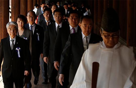 Gần 150 nghị sỹ Nhật Bản tới thăm đền Yasukunihôm 22-4. Ảnh: Reuters