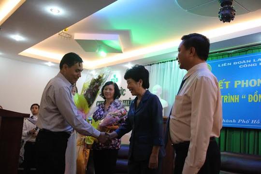 Ông Trần Đăng Công Nghĩa, Phó chủ tịch CĐ ngành Y tế TP HCM, tặng hoa cho các cá nhân được tuyên dương