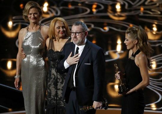 Ê kíp phim 20 Feet from Stardom lên sân khấu nhận giải