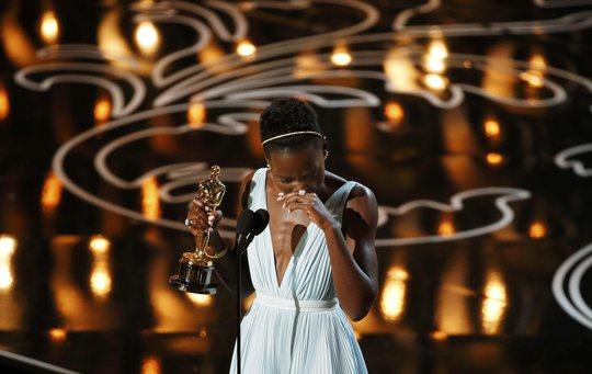 Lupita Nyongo xúc động trên sân khấu